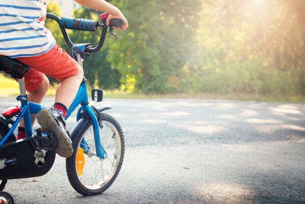 дитина на велосипеді