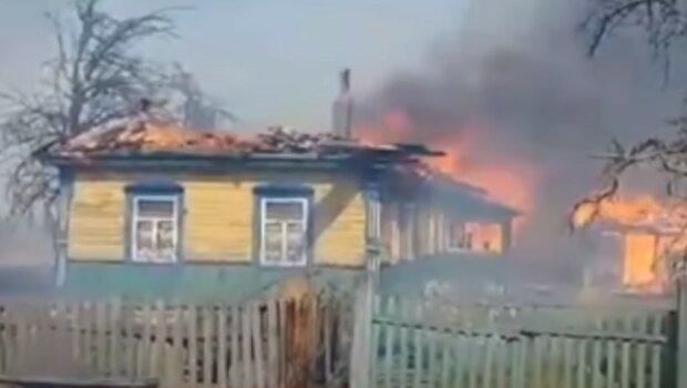 палає будинок
