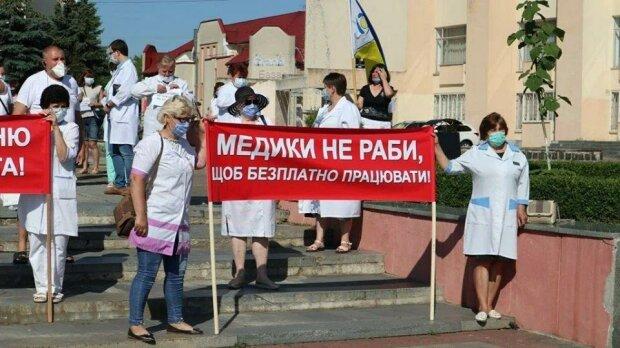 на Рівненщині лікарі вишли на протест