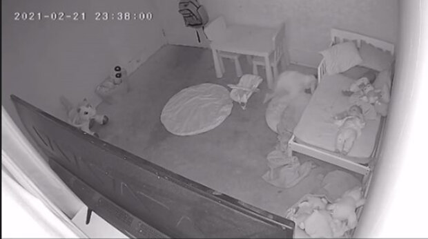Тато побачив, як його дочка щось тягне під ліжко