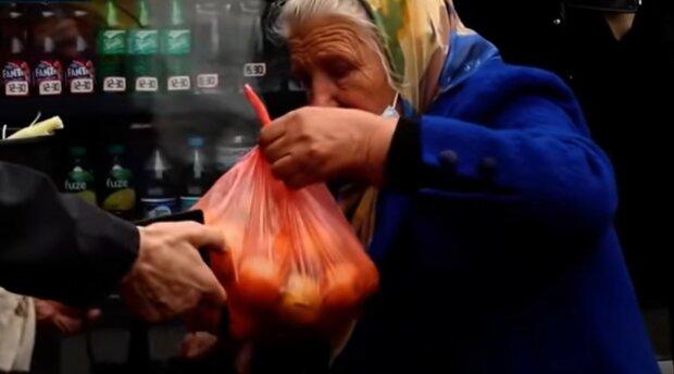 бабуся торгує овочами