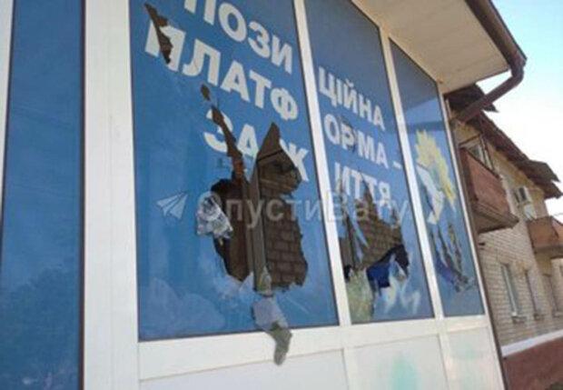 офіс ОПЗЖ Медведчука у Маріуполі закидали камінням