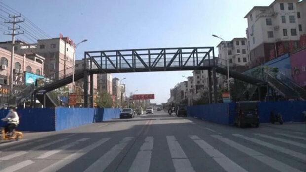 жінка побудувала пішохідні мости для безпеки сина
