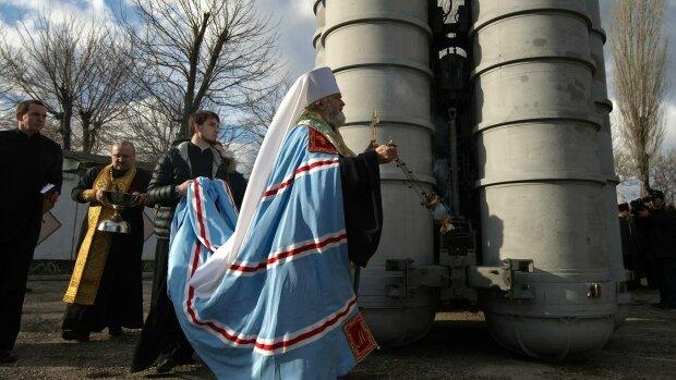 священики РПЦ освячують зброю