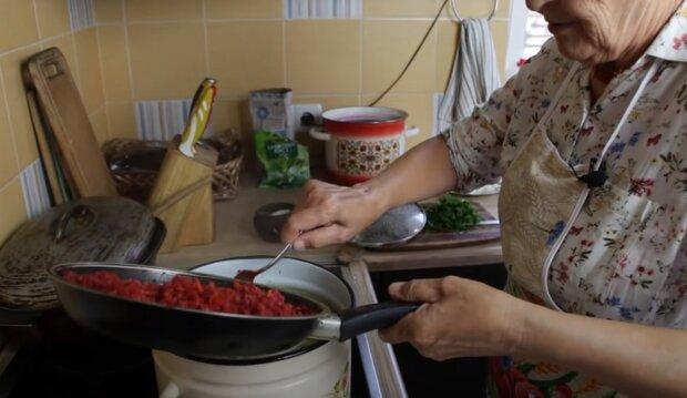 бабуся варить борщ