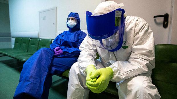 Медики в захисних костюмах