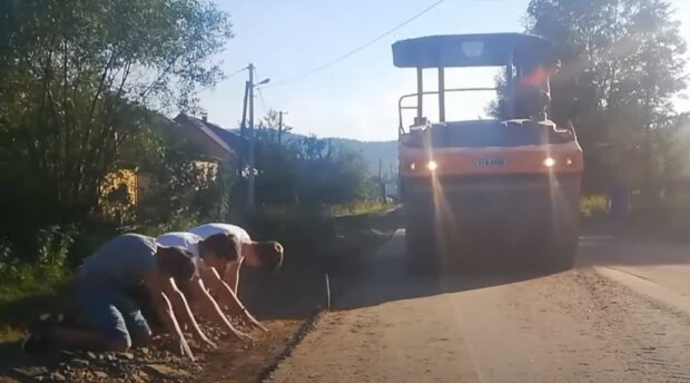На Львівщині діти встали на коліна перед ремонтниками дороги
