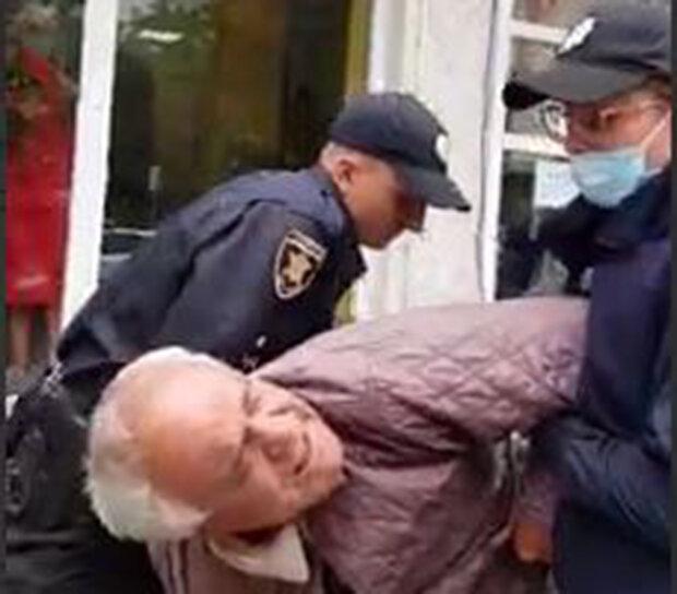 Поліцейські жорстко скрутили старенького