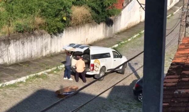 Похоронна компанія загубила труну з тілом посеред вулиці