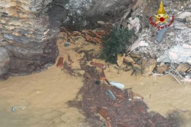 Потужний зсув забрав у море сотні трун