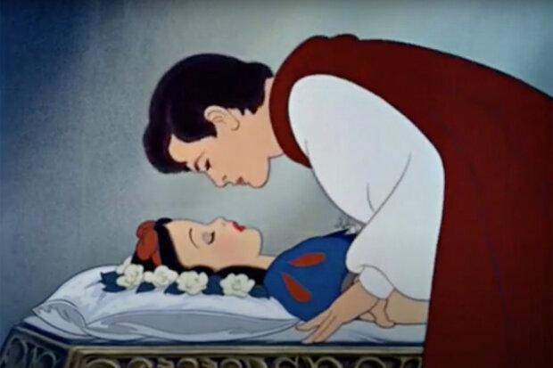 принц цілує Білосніжку