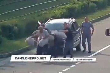У Кам'янському автомобілісти побили пішоходів, які перебігали дорогу