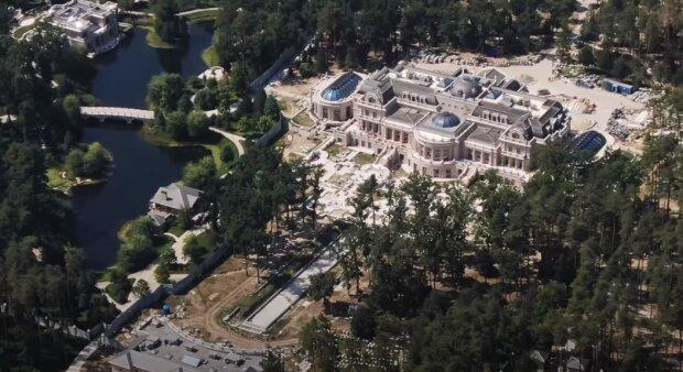 Поки Рінат Ахметов будував неймовірний палац, інші країни будують військову техніку: волонтер показав різницю