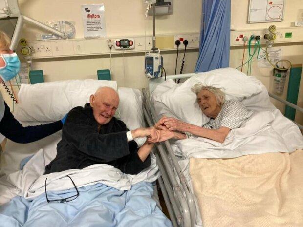 Літня пара в лікарні
