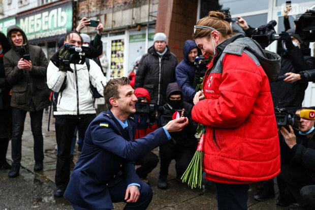 Під час навчань рятувальник несподівано зробив пропозицію своїй коханій