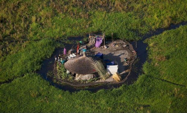 Плем'я тисячі років живе посеред найбільшого болота Африки