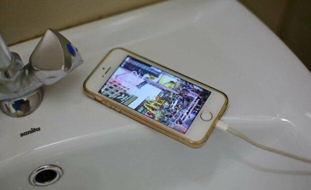 телефон у ванній
