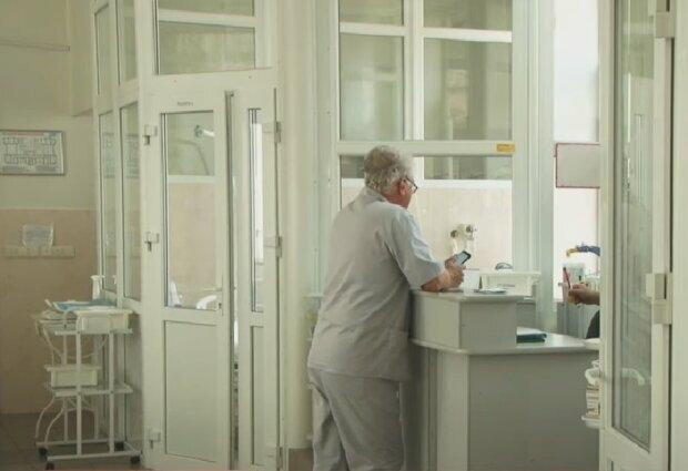 Медичний працівник, скріншот із відео