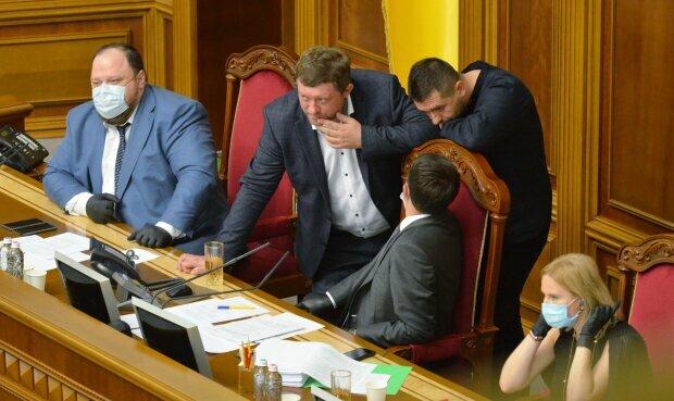 """Народні депутати зі """"Слуги народу"""" попалися за курінням травички."""