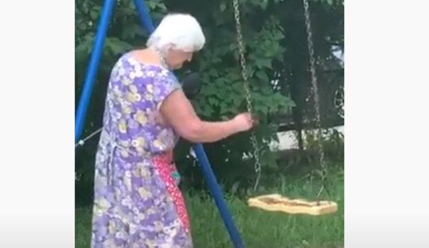 Бабця маже дитячі гойдалки лайном