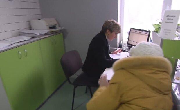 Сплата комунальних послуг, кадр з відео