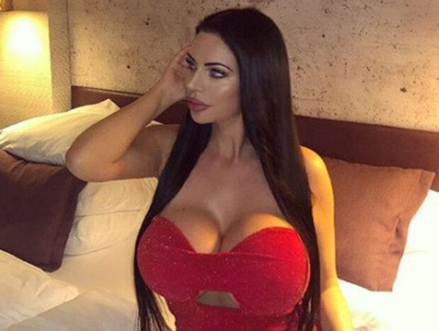 Модель з величезними грудьми Івонн Бар