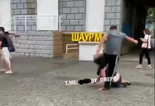 У Дніпрі чоловік побив жінку ногами в обличчя