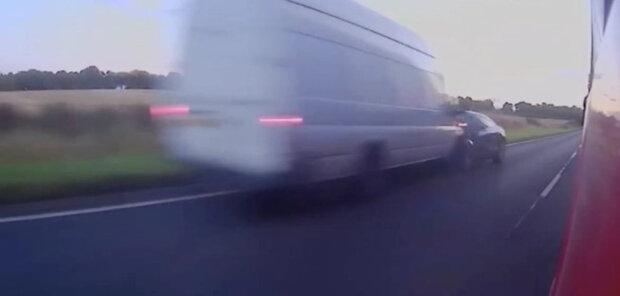 жінка вискочила на зустрічну смугу, намагаючись обігнати вантажівку