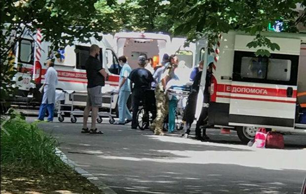 до лікарні везуть поранених бійців ООС