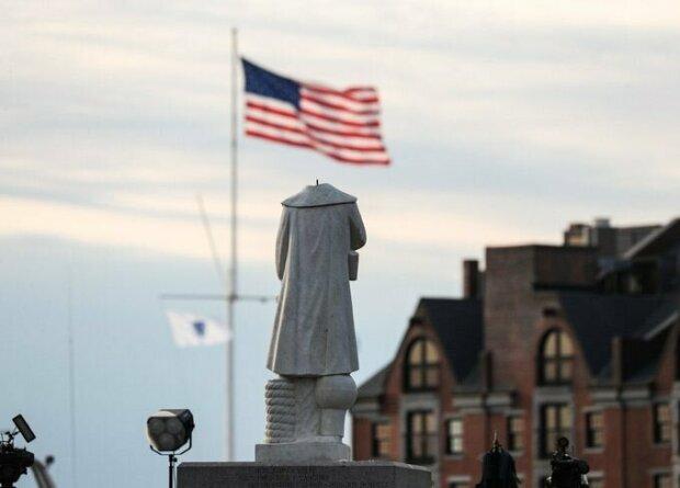 Безголова статуя Христофора Колумба у США \\ фото Boston Globe