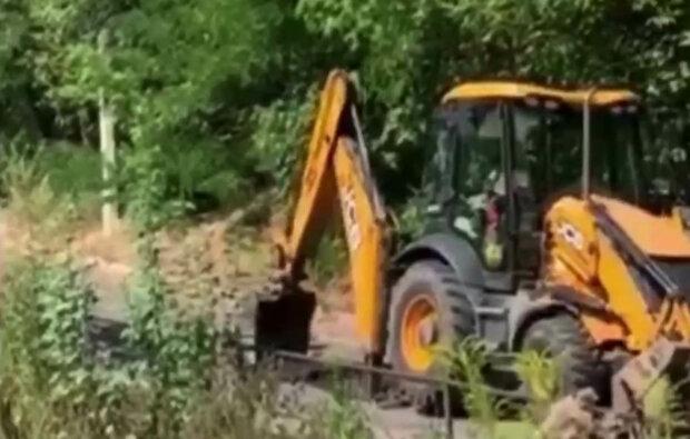 Кияни навмисне трактором перекопали свіжий асфальт