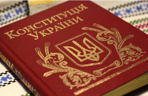 Более 50% украинцев уверены, что СНБО нарушает Конституцию, закрывая оппозиционные телеканалы без решения суда