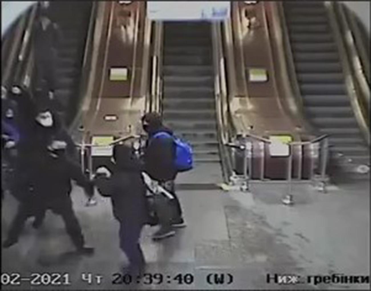 У київському метро натовп спортсменів побив СБУшників за зауваження. А тепер погрожує сім'ям постраждалих